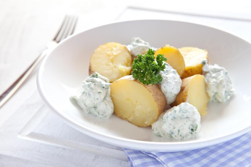 Nye Kartofler Med Rygeost Creme Radiser Og Sommerløg